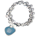Pulsera de plata grabadaInscribe el mensaje que quieras en el corazón y haz un regalo muy elegante a tu mamá.